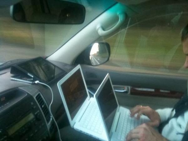2 laptop + 1 máy tính bản + 1 smartphone = văn phòng di động trên xe