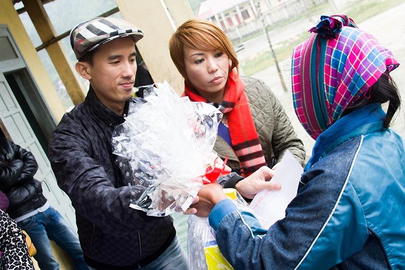 Nhạc sĩ Tạ Quang Huy tặng quà cho người dân tại xã Tân Trạch