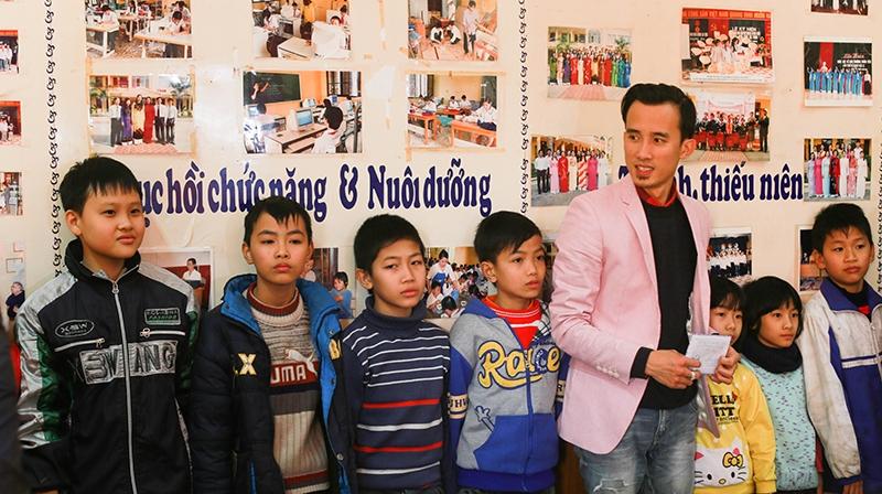 Nhạc sĩ Tạ Quang Huy tặng quà cho trẻ em khiếm thính tại Hải Phòng