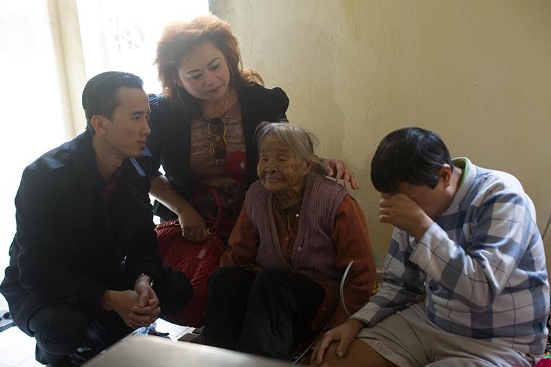 Thăm và tặng quà cho cụ già 80 tuổi nuôi một người con tâm thần bị xích chân 20 năm