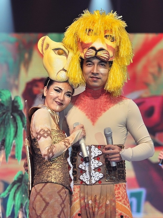 Phương Linh e ấp bên cạnh vua sư tử Giáo sư Xoay trong cuộc thi Cặp đôi hoàn hảo 2011.  - Tin sao Viet - Tin tuc sao Viet - Scandal sao Viet - Tin tuc cua Sao - Tin cua Sao