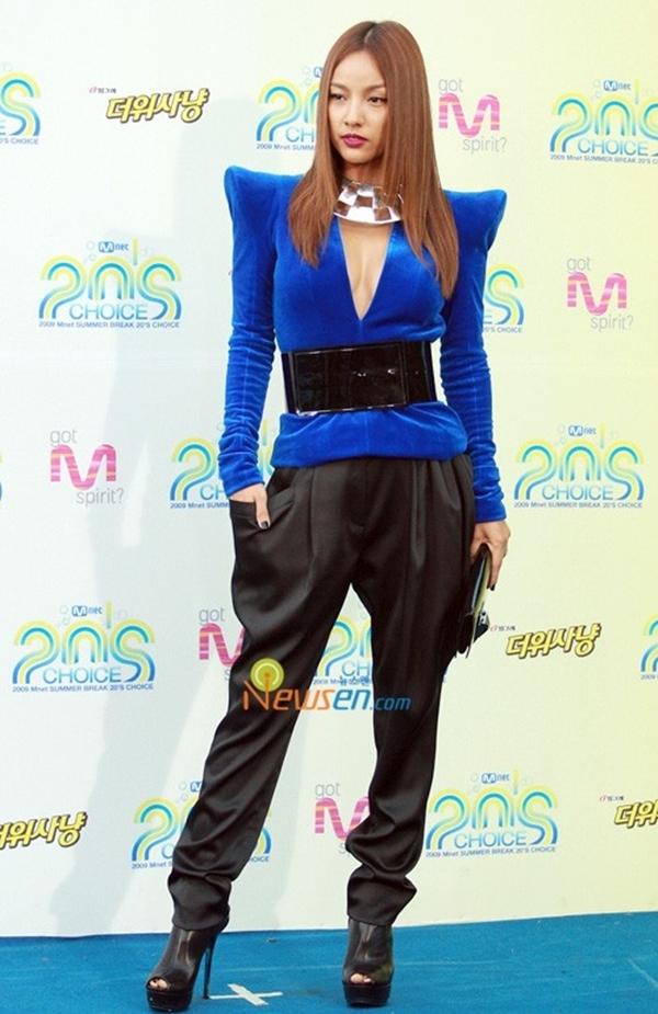 Ngay cả nữ hoàng sexy Lee Hyori cũng có lúc kém xinh. Chiếc áo độc đáo và nổi bật có phần không phù hợp với chiếc quần với chất liệu mềm mại như Lee Hyori đã mặc tại lễ trao giải Mnet 20's Choice 2009.