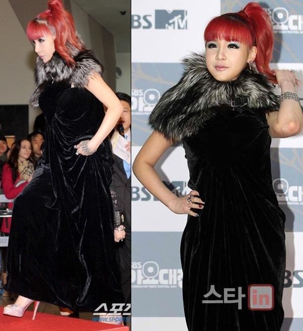Với chiếc váy nhung đen dài dáng suôn, kín mít từ trên xuống dưới và phần lông phủ kín cổ, Park Bom (2NE1) trông như một bà bầu nặng nề và khiến người khác có cảm giác khó thở.