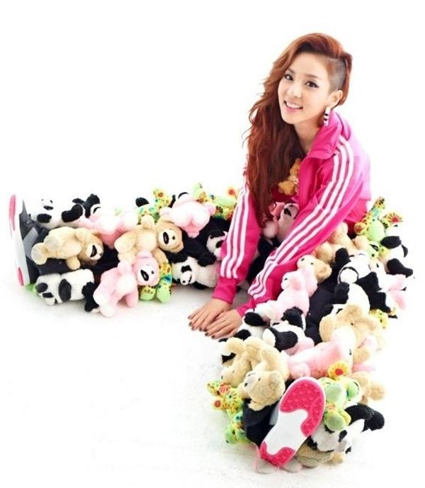 Chiếc quần thú nhồi bông độc đáo của Jeremy Scott như nuốt chửng Dara nhỏ bé của 2NE1.