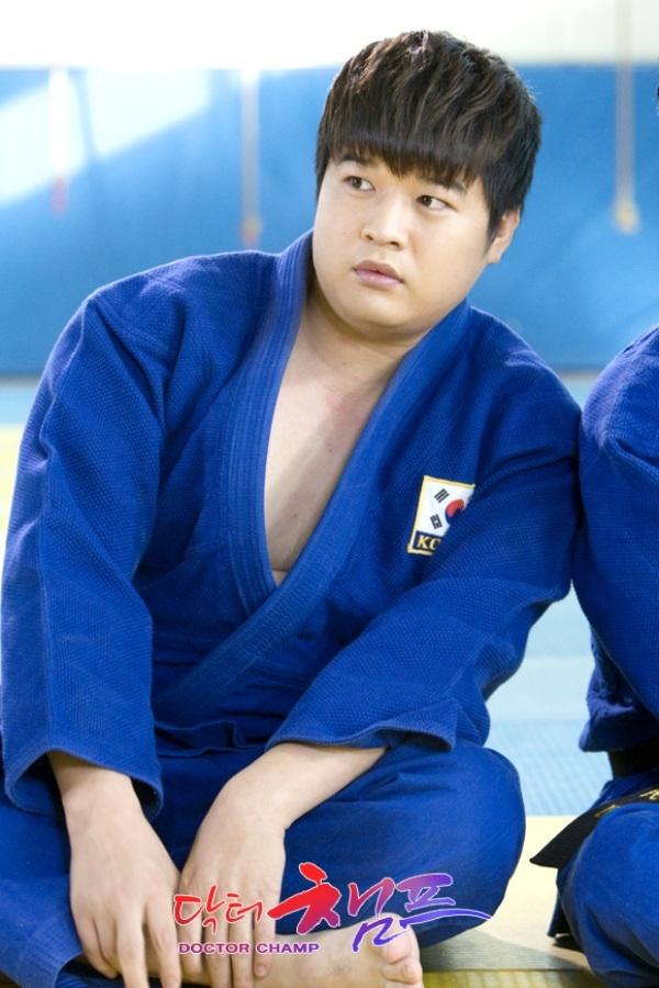 """Chàng béo"""" Shindong cũng khoe vẻ nam tính trong trang phục judo.Anh chàng tiết lộ: """"Quãng thời gian tập judo khi còn học cấp 2 giúp ích rất nhiều cho việc diễn xuất của tôi"""""""