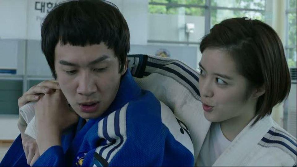 """Chàng """"hươu cao cổ"""" Kwangsoo chật vật đấu với nữ cảnh vệ xinh đẹp trong City Hunter"""