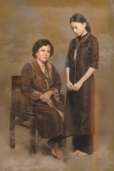 Thời gian dường như không thể xóa đi những nét đẹp thanh tú, kiêu sa trên khuôn mặt mẹ Ngô Thanh Vân mà chỉ giúp bà thêm phần phúc hậu và quý phái.