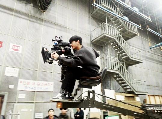 """Kim Soo Hyun """"nghịch"""" máy camera"""