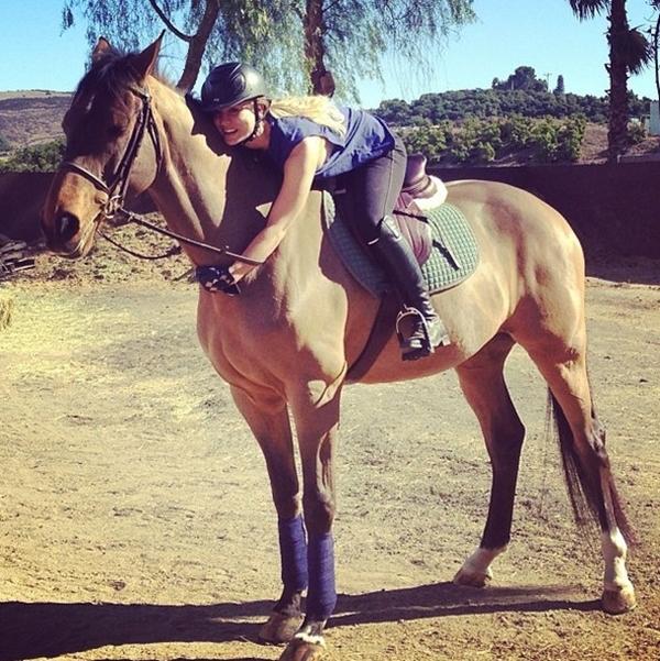 Kaley Cuoco đã sẵn sàng để cưỡi ngựa