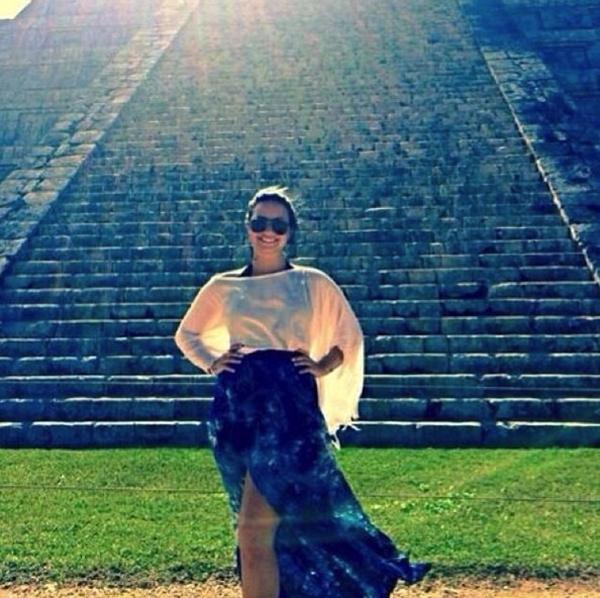 Demi Lovato thăm một đền thờ của người Maya trong Yucatan.