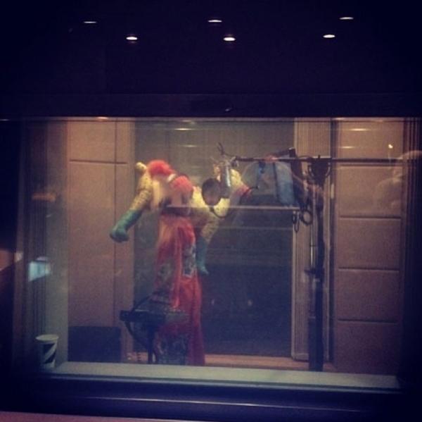 """CL tweet bức ảnh của Sandara với chú chó của cô """" Hãy kiểm tra cô gái điên rồ này tại studio của tôi"""""""