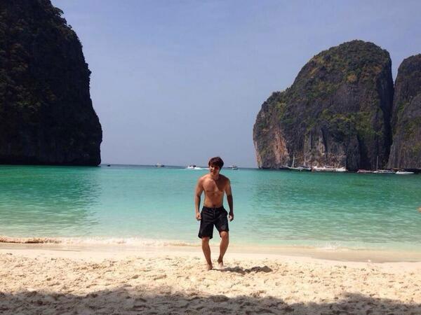 Jong Hoon đang đi nghỉ ở một bãi biễn đẹp.