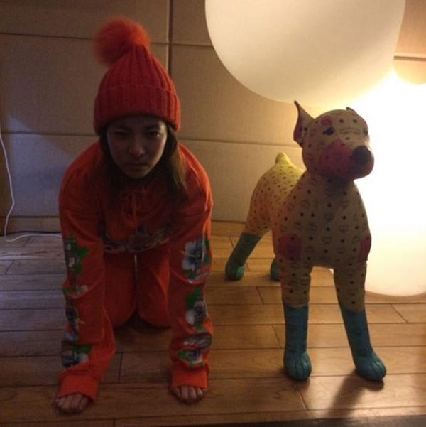 """Sandara Park ( 2EN1) đã chia sẻ bức ảnh hài hước của mình với dòng chú thích """" Chúng tôi là những con chó điên"""""""