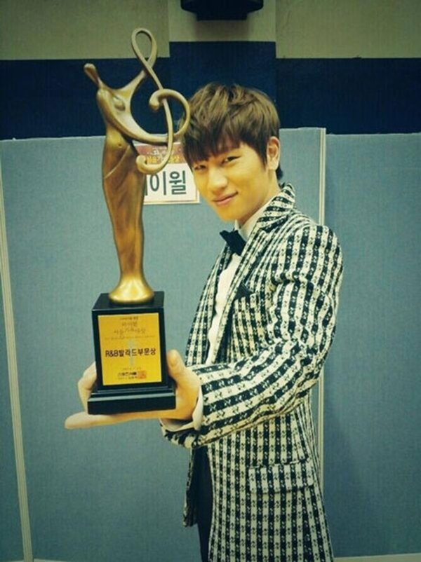 K.Will với giải thưởng tại lễ Seoul Music.