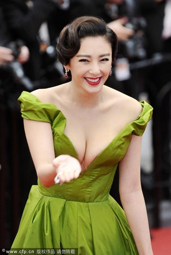 Màu sắc, thiết kế của chiếc váy giúp mỹ nhân Hoa ngữ trở nên nổi bật và đáng nhớ - Tin sao Viet - Tin tuc sao Viet - Scandal sao Viet - Tin tuc cua Sao - Tin cua Sao