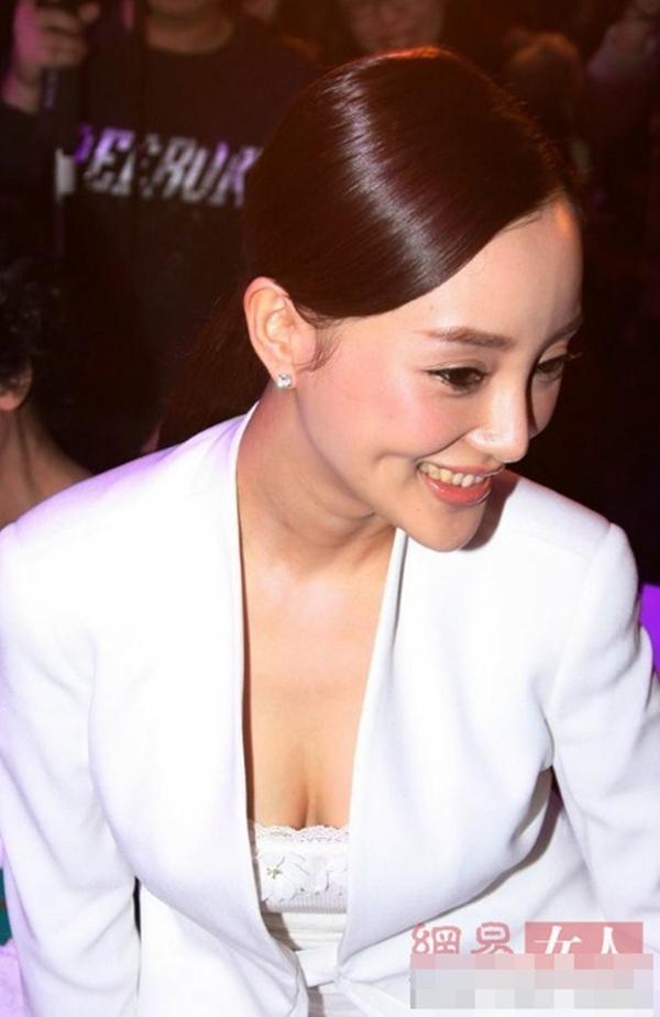 Lý Tiểu Lộ duyên dáng cùng trang phục trắng - Tin sao Viet - Tin tuc sao Viet - Scandal sao Viet - Tin tuc cua Sao - Tin cua Sao