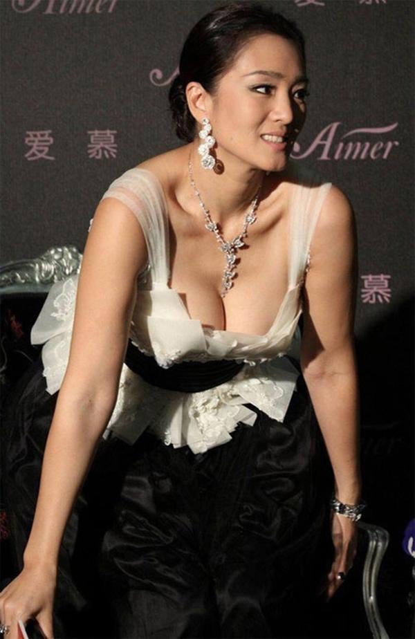 Nữ diễn viên Củng Lợi nóng bỏng với một thiết kế cổ trễ nải - Tin sao Viet - Tin tuc sao Viet - Scandal sao Viet - Tin tuc cua Sao - Tin cua Sao