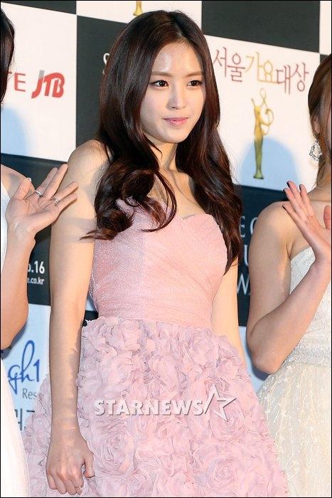 Hình ảnh Naeun đẹp dịu dàng và quyến rũ trên thảm đỏ lễ trao giải Seoul Music Awards 2013