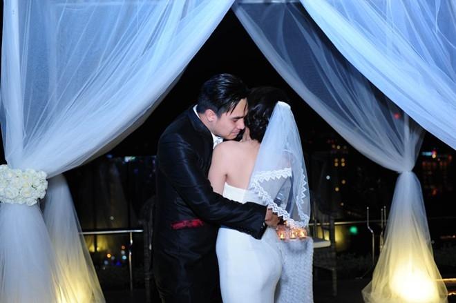 Baggio nghẹn ngào ôm cô vợ hot girl.