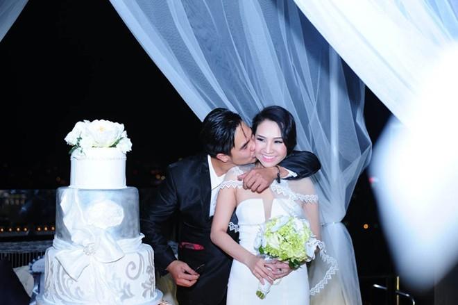 Nụ cười tươi rạng rỡ trên khuôn mặt đôi tân lang tân nương khi cùng nhau cắt bánh cưới. Baggio đặt nụ hôn nồng nàn lên má vợ.