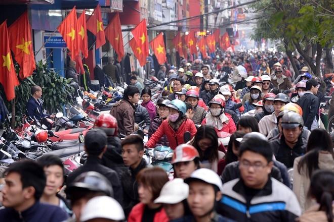 Cảnh chen chân mua sắm trên các tuyến phố thời trang như Chùa Bộc, Cầu Giấy, Bạch Mai diễn ra tấp nập trong những ngày giáp Tết khiến giao thông khu vực này luôn trong tình trạng tắc nghẽn.