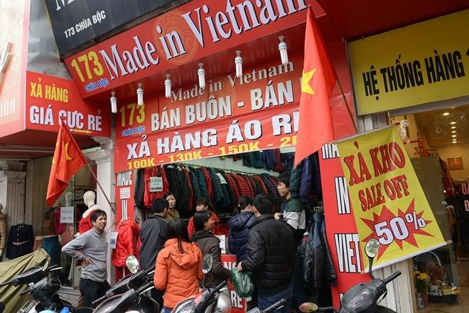 Những băng rôn quảng cáo xả kho, siêu giảm giá... tràn ngập trên phố.