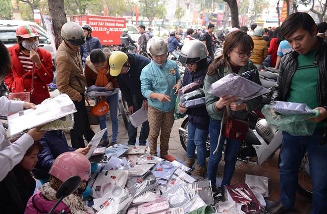 Những chiếc sơ mi đổ đống trên vỉa hè đường Xuân Thuỷ có giá 50.000 - 70.000 đồng được nhiều người chọn lựa.