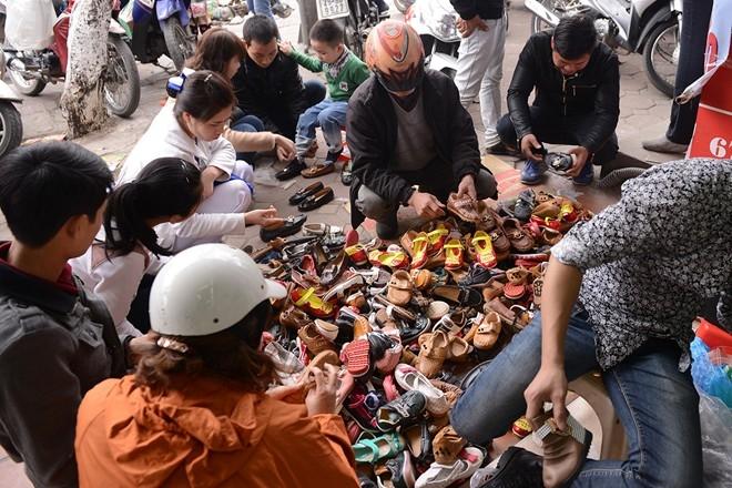 Giày giá chỉ 50.000 -150.000 đồng/đôi đổ đống trên vỉa hè.
