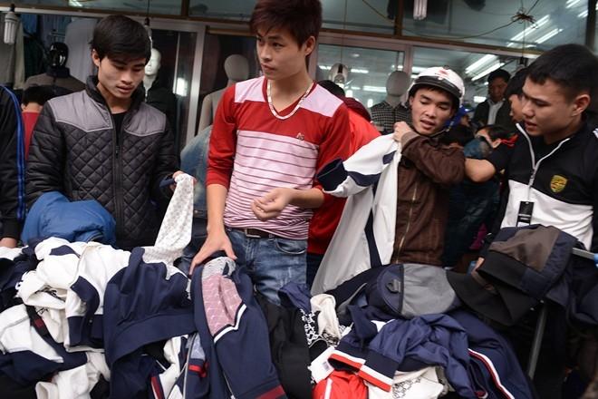Nhiều người dừng xe mua và mặc luôn áo ngay trên phố.