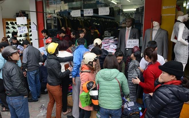 Theo những khách hàng thường mua đồ giảm giá, đại đa số các mặt hàng thời trang giá rẻ trên phố Chùa Bộc có nguồn gốc từ Trung Quốc.