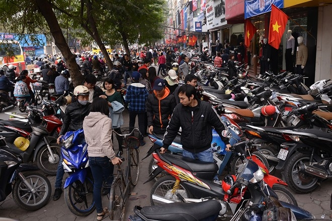 Lượng khách mua sắm quá lớn gây tắc nghẽn giao thông.