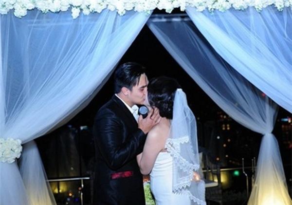 Mặc chiếc váy cưới màu trắng xinh xắn, cô dâu Quỳnh Trâm trông thật rạng ngời vẻ hạnh phúc.