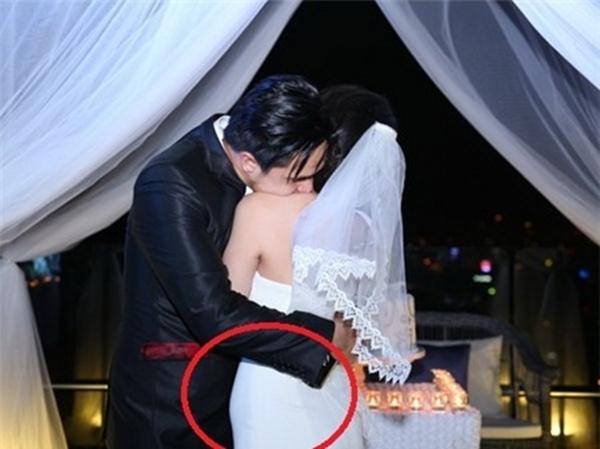 Dù chụp ở góc độ nào thì người đối diện cũng dễ nhận thấy bụng cô dâu đang to dần.
