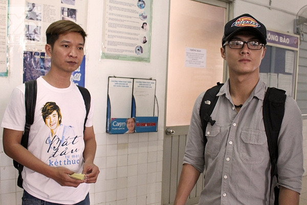 Nhà báo Lý Minh Tùng- tác giả của tự truyện và Lâm Vinh Hải tần ngần trước nhiều hoàn cảnh ngặt nghèo của các bệnh nhân ở Trung tâm Ung bướu