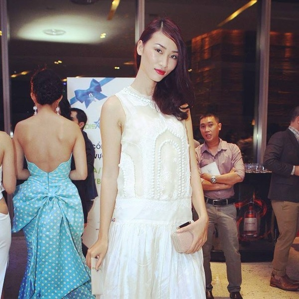 """Huyền Trang sở hữu phong cách ngày càng ấn tượng và thời thượng. Cô diện một chiếc váy trắng thướt tha với những đường thêu kiểu cách, đậm chất """"tiểu thư"""", mái tóc xõa lệch thêm duyên dáng với đường xoăn nhẹ."""