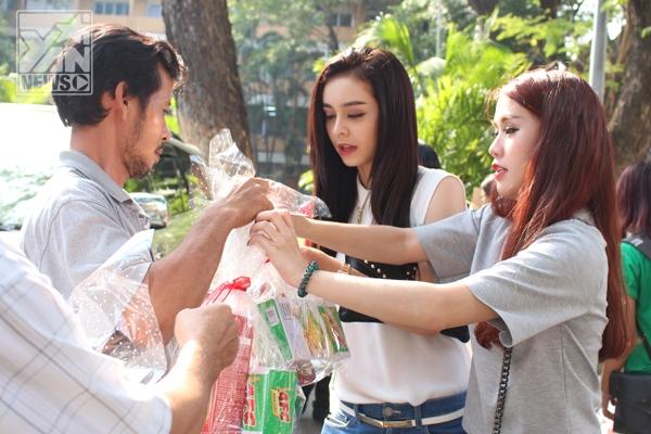 Ngọc Thảo và Mlee vừa đi chụp hình cho báo cũng vội đến làm tình nguyện viên chuyển quà cho các bệnh nhân