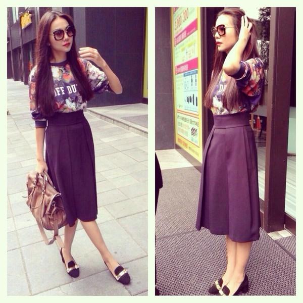 Bạn thân của cô - Thanh Hằng lại phối chiếc áo này với chân váy midi điệu đà và một đôi smoking slipper.