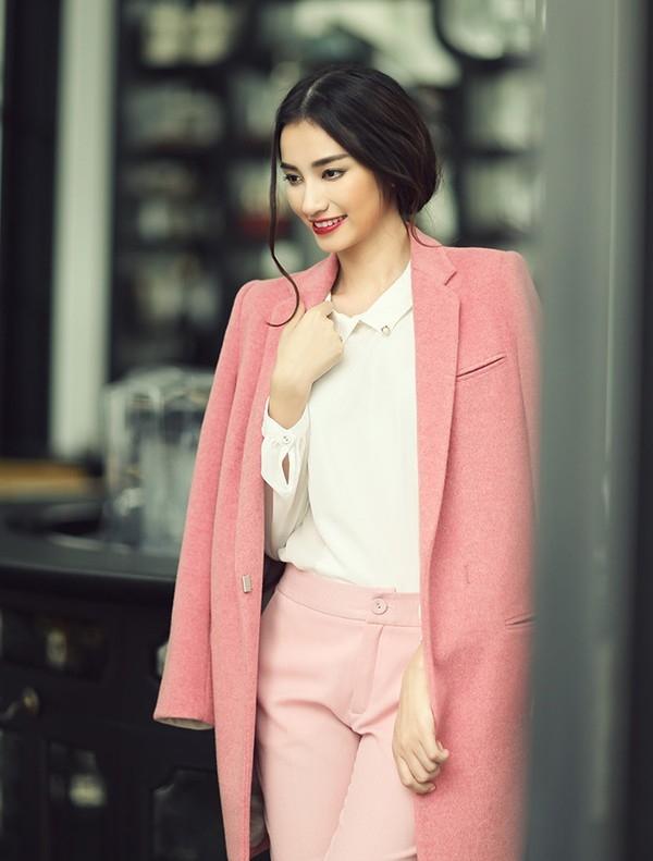 Cả hai mỗi người một vẻ, sành điệu không kém cạnh nhau khi diện cùng chiếc áo này. Bắt kịp xu hướng, Trúc Diễm chọn một chiếc áo khoác dạ màu hồng đào dịu ngọt phối ăn ý cùng sơmi trắng và quần hồng pastel.