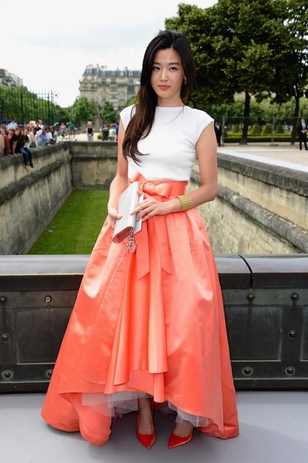 Thiết kế mang lại vẻ đẹp hoàn hảo cho Trúc Diễm lại có những điểm tương đồng đáng ngạc nhiên với trang phục Dior đã từng được ngôi sao Hàn Quốc Jeon Ji Hyun diện nửa năm trước đó.