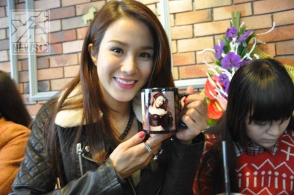 """Cô được fan """"lì-xì"""" cho một chiếc cốc in hình của mình"""