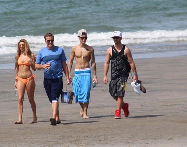 Justin Biebervà Chantel đi dạo trên bãi tắm cùng hai trợ lý của nam ca sĩ.