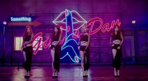 MV Something của Girl's Day tràn ngập hình ảnh táo bạo.