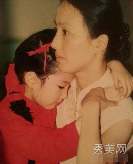 Lưu Diệc Phi e ấp bên mẹ