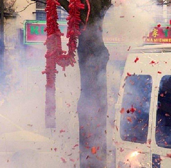 Pháo nổ cũng là một phần không thể thiếu trong ký ức của rất nhiều người Việt khi nghĩ tới Tết Nguyên Đán. Xưa kia, trong suốt 3 ngày Tết, người ta đốt pháo.