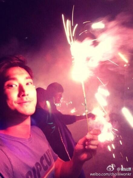 """Hình ảnh đón năm mới cùng pháo hoa rực rỡ được Choi Siwon chia sẻ trên weibo của mình cùng lời nhắn: """"Yêu tất cả mọi người"""""""