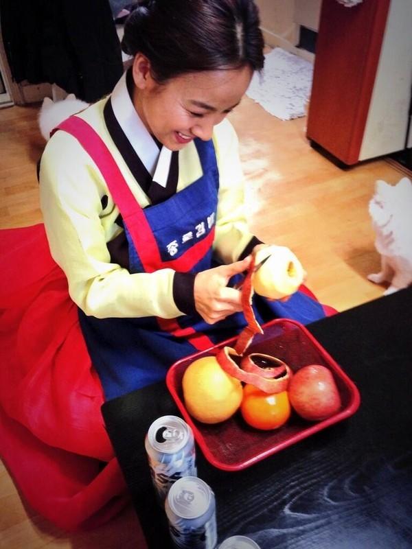 """""""Nữ hoàng gợi cảm"""" của Hàn Quốc Lee Hyori đăng tải hình ảnh đảm đang khi mặc hanbok và gọt trái cây cho gia đình. Hình ảnh giản dị này khiến người hâm mộ thích thú và ngưỡng mộ hạnh phúc của cô"""