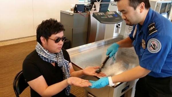 Quang Lê bị an ninh sân bay San Jose kiểm tra