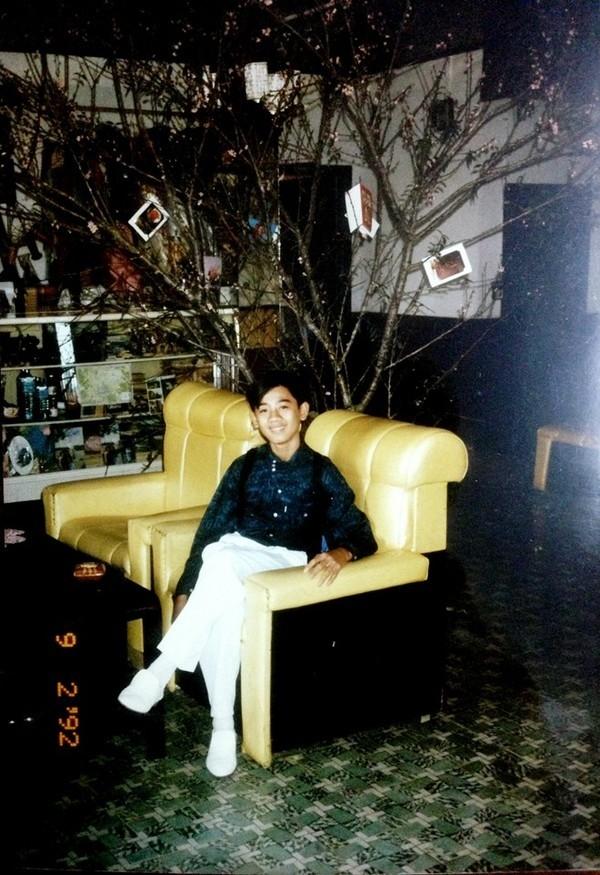 """""""Cậu ấm"""" Lâm Chi Khanh ăn mặc bảnh bao chụp ảnh tại nhà vào dịp Tết năm 1992."""