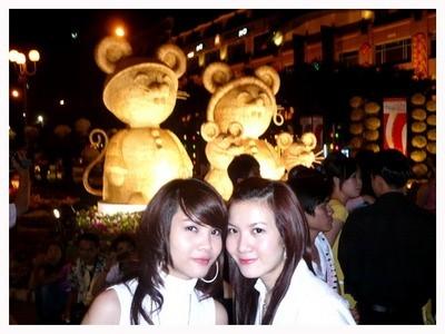 Tết 2008, Song Yến cũng đã khá là thời trang theo phong cách thời đi khi đi dạo đường hoa Nguyễn Huệ...