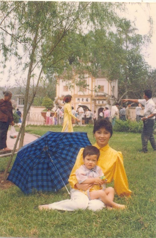 Mẹ Bùi Anh Tuấn đưa con trai cưng đi chơi Tết tại Hà Nội.